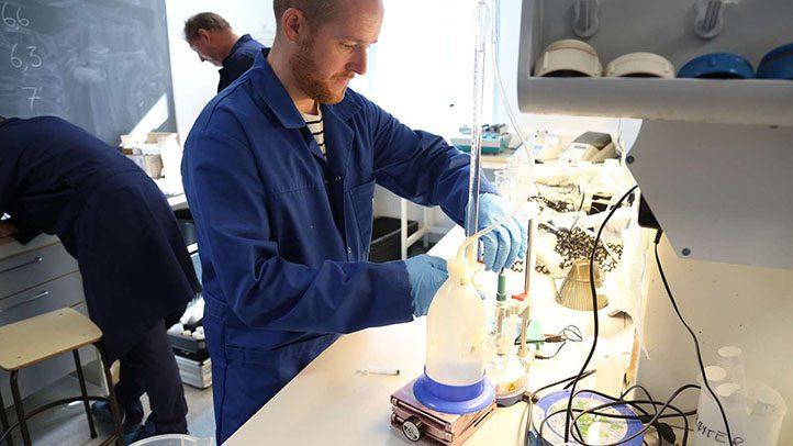 mann på laboratoriet