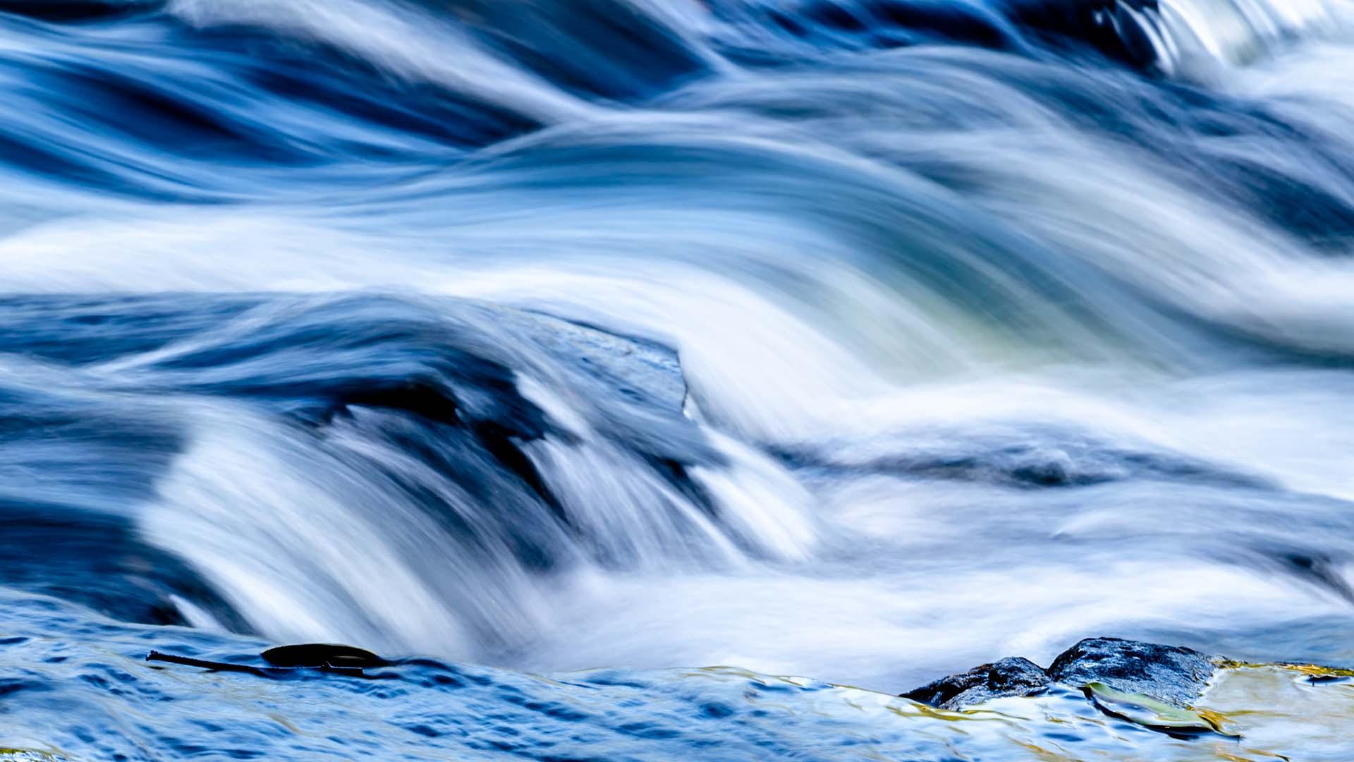 Rennende vann i elv
